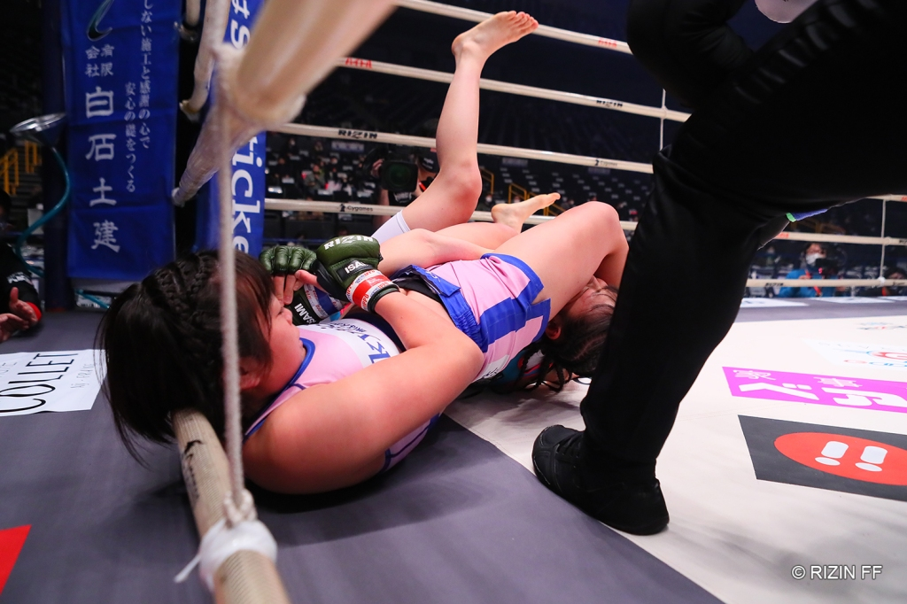 Sakura secured an armbar against Eru Takebayashi in the first round (© RIZIN FF)