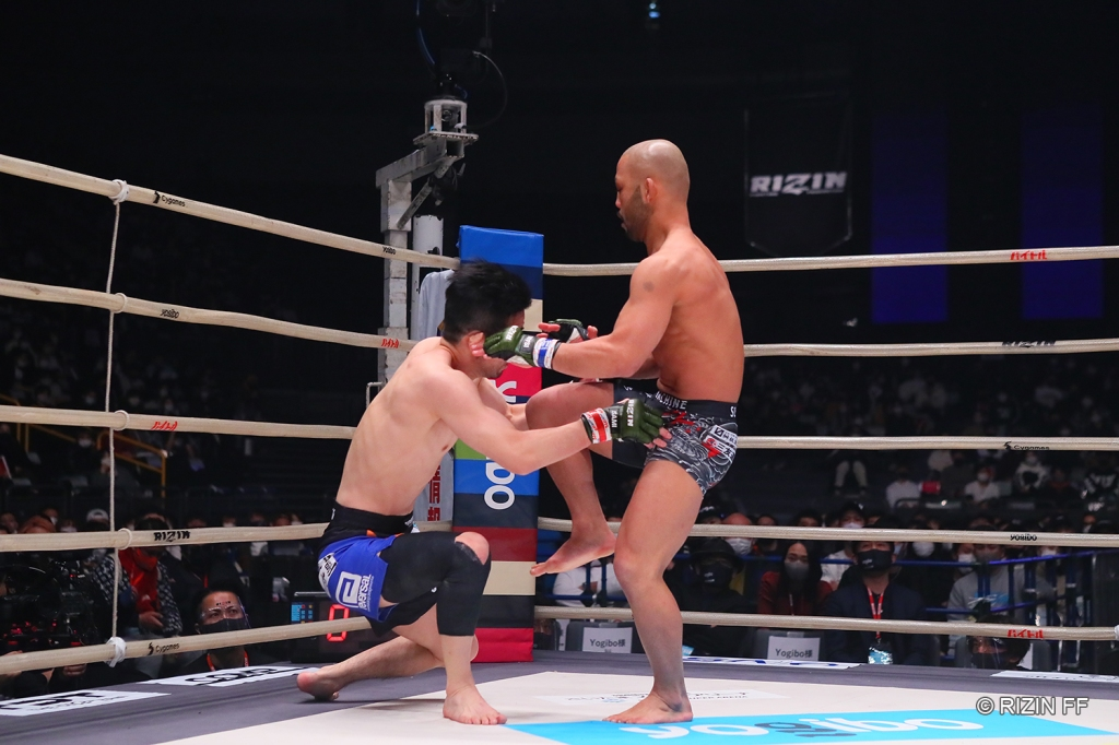 Kazuma Kuramoto stayed aggressive with strikes to stop Taiyo Nakahara in the first round. © RIZIN FF