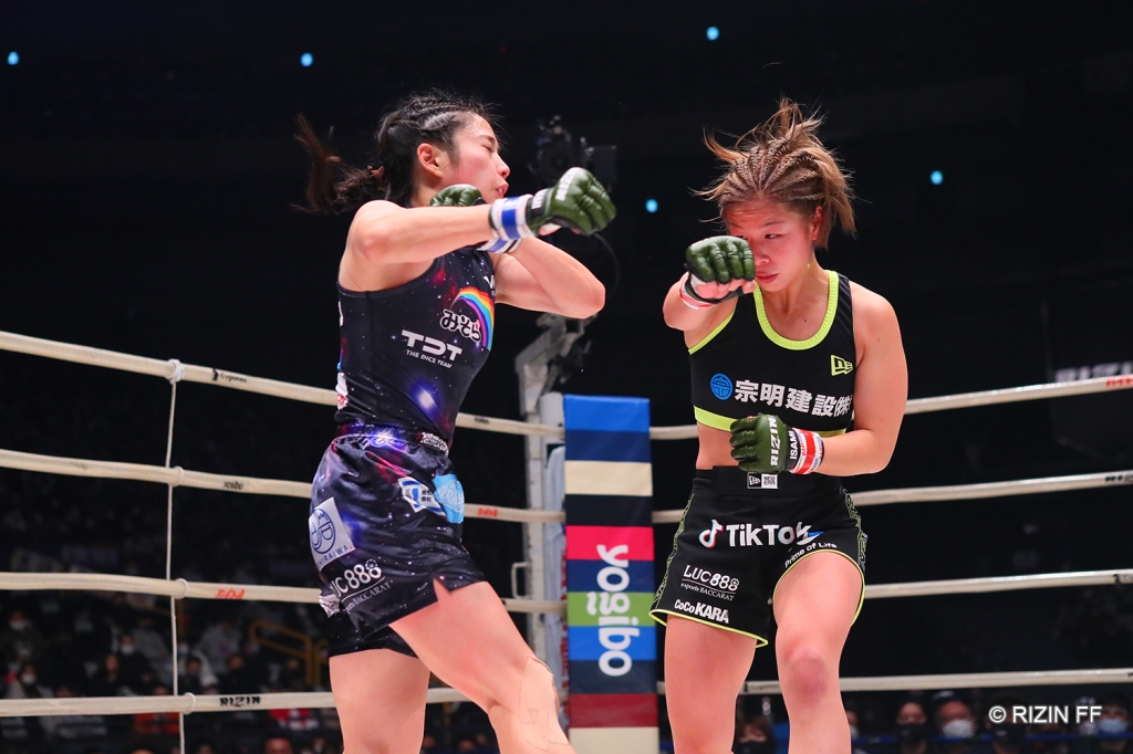 Kanna Asakura continued her streak of wins by taking a decision victory against AI (© RIZIN FF)