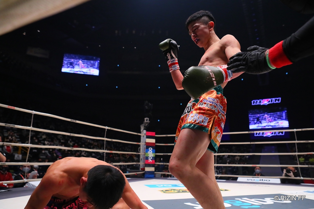 Yoshinari Nadaka scored three knockdowns against Phetmalai Phetjaroenvit for his second RIZIN win (© RIZIN FF)