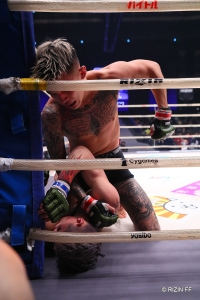 Kyohei Hagiwara did damage on the ground before Ren Hiramoto's corner stopped the fight. (© RIZIN FF)