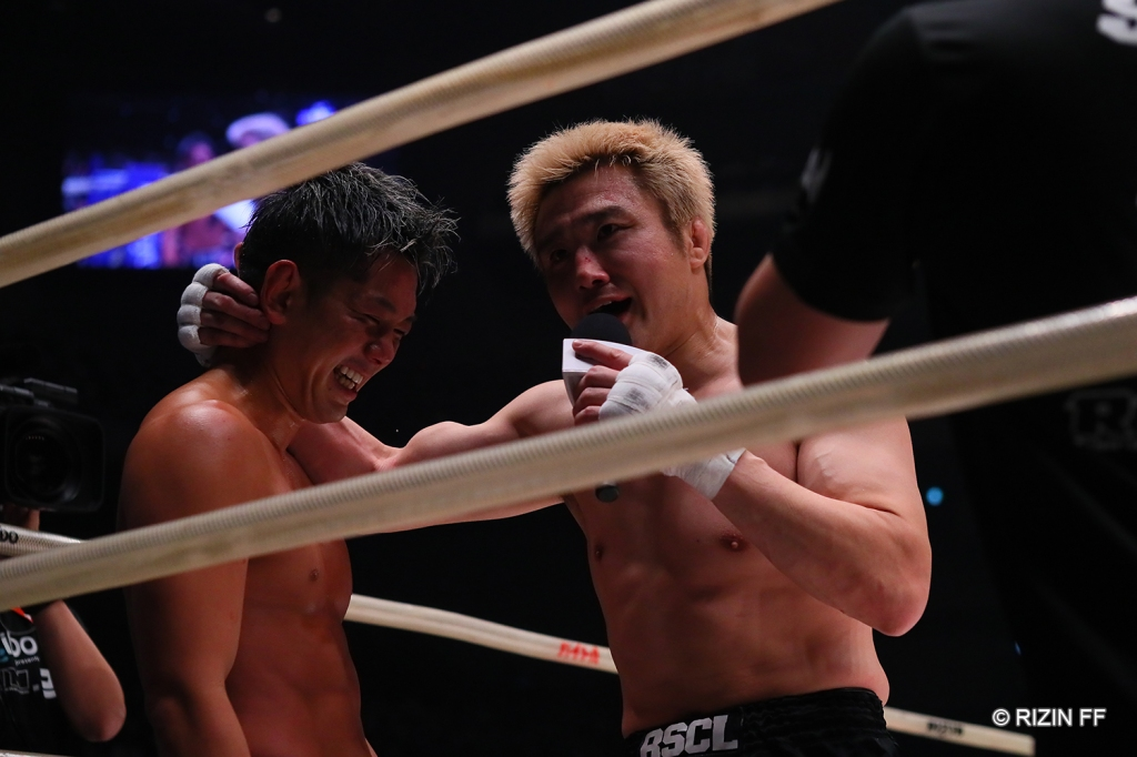 Takanori Gomi showed his appreciation for Kouzi after their three-round fight (© RIZIN FF)