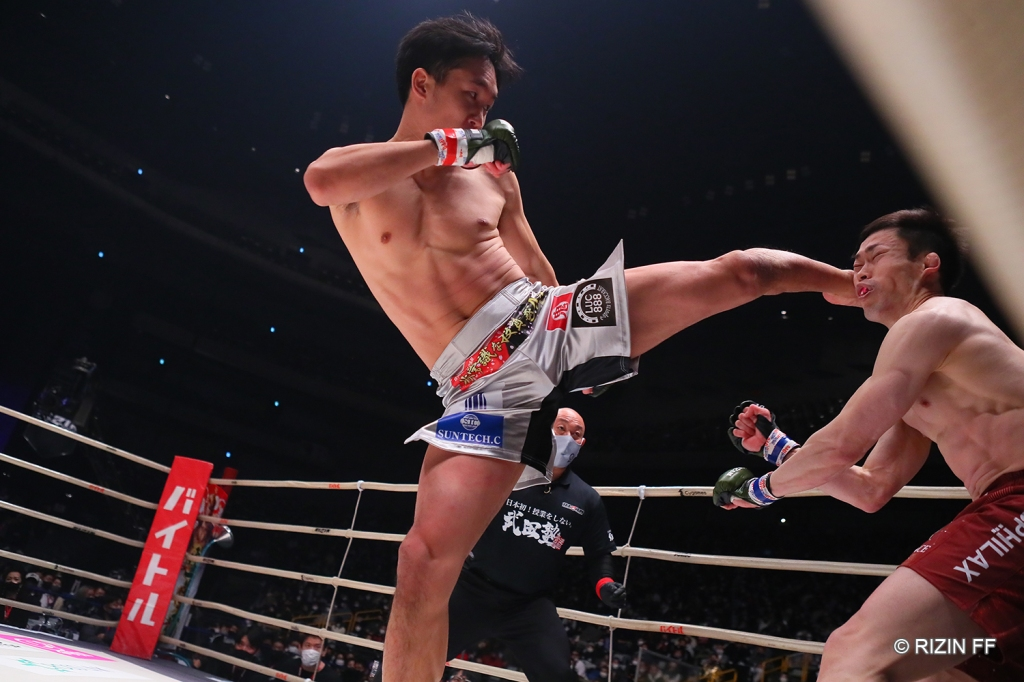 Mikuru Asakura put together a strong combination of strikes to stop Satoshi Yamasu in the first round (© RIZIN FF)