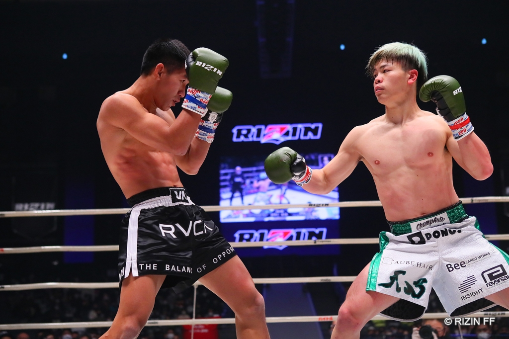 Tenshin Nasukawa took a decision win against Kumandoi Phetjaroenvit in the co-main event. (© RIZIN FF)