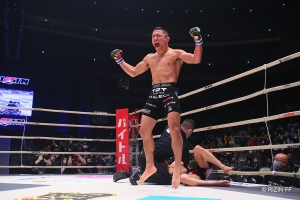 Horiguchi put together a combination of strikes that dropped Asakura, causing the finish (© RIZIN FF)