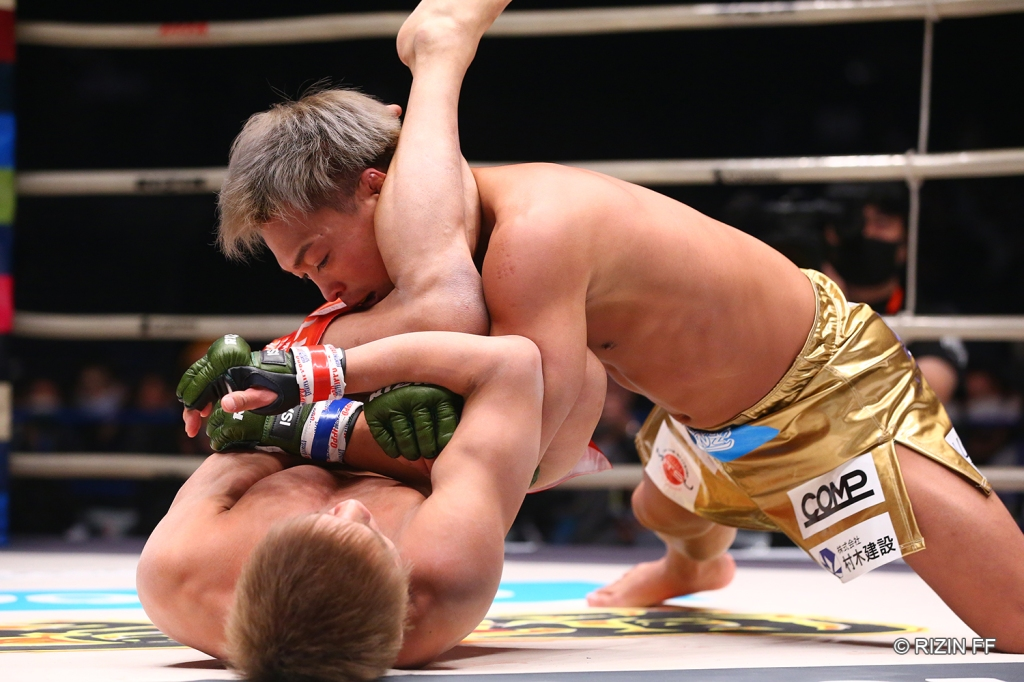 Hideo Tokoro spoiled the MMA debut of Shinobu Ota, submitting him with an armbar (© RIZIN FF)