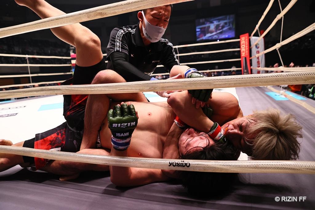 Shooto Watanabe applies a choke to Takumi Tamaru