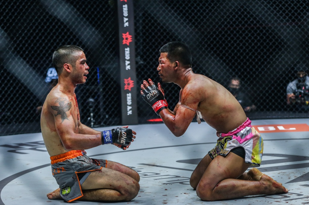 Both on their knees, Danial Williams and Rodtang Jitmuangnon show their respect for eachother.