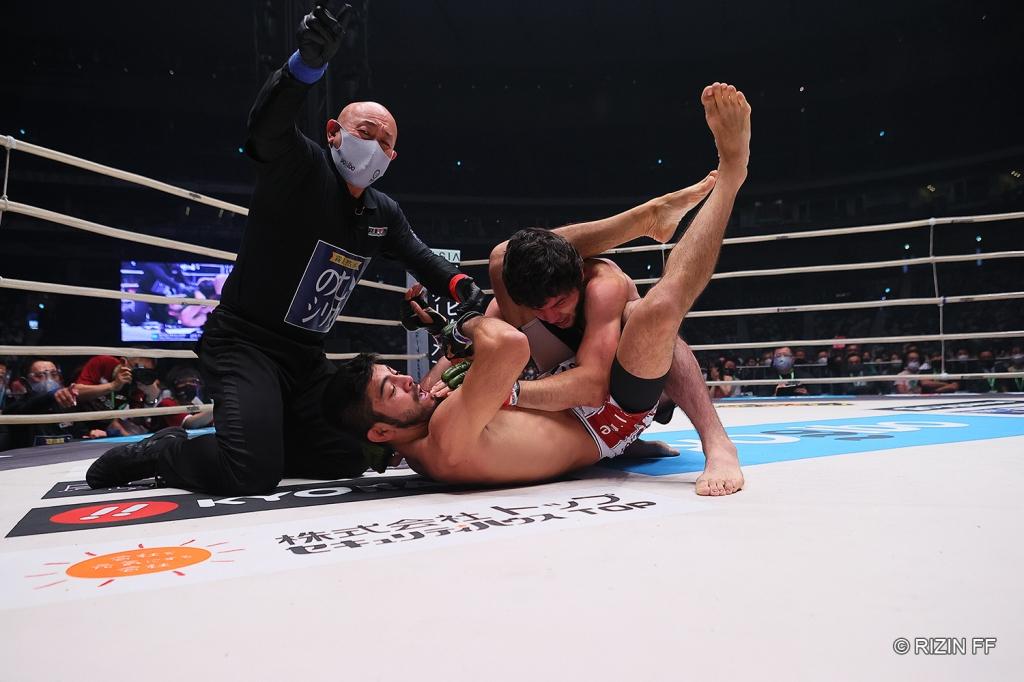 A referee motions to end a bout as Roberto Satoshi Souza applies a triangle choke on Tofiq Musayev