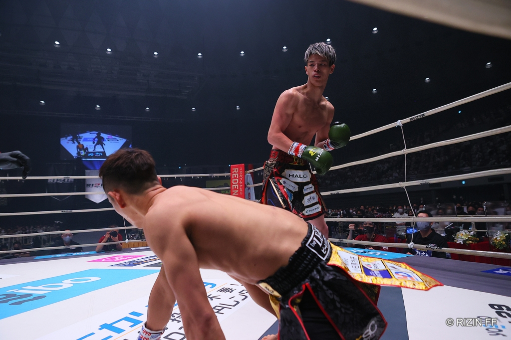 Taiju Shiratori looks down on Ryo Takahashi, who was on his knees after being knocked down.
