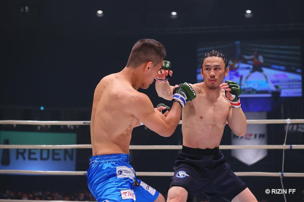 Yusuke Yachi throws a right hand at Yuki Kawana