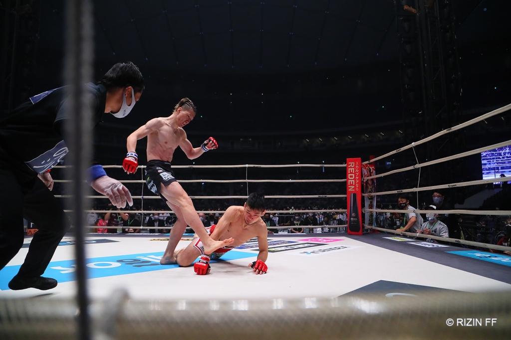 Naoki Inoue throws a head kick at Shintaro Ishiwatari.