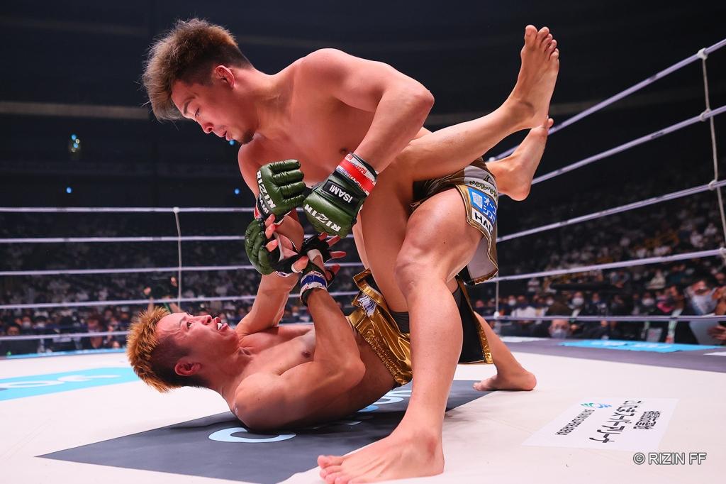 Shinobu Ota stands up while in full guard with Yuta Kubo.