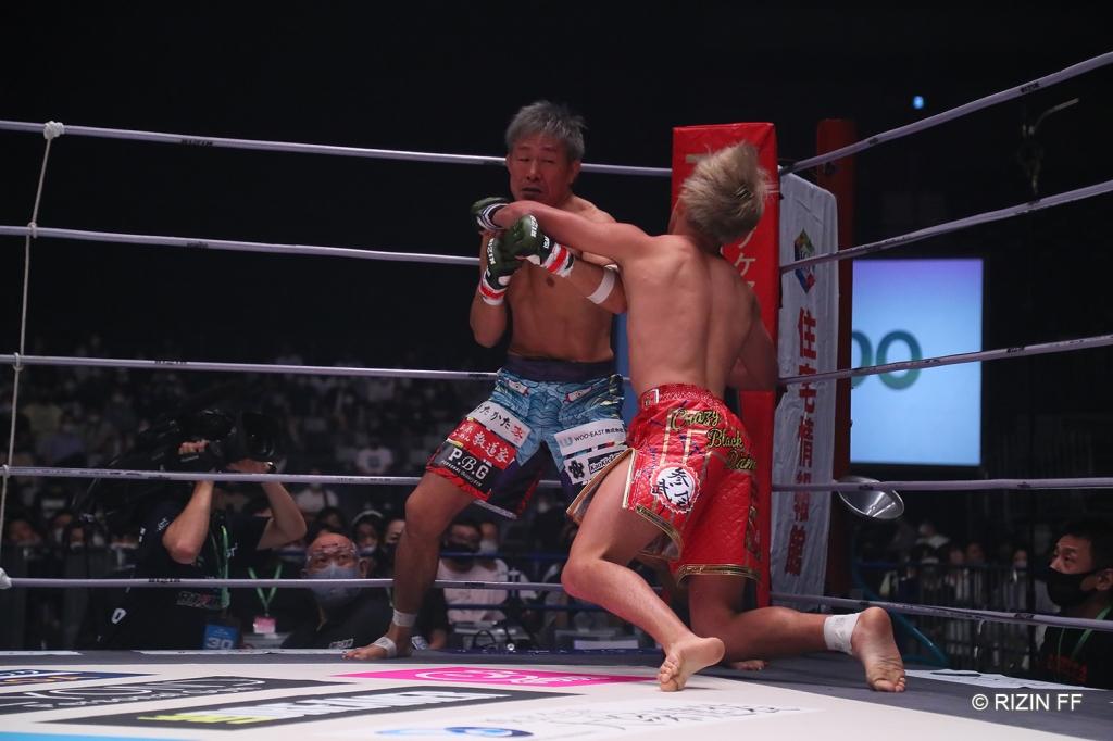 Shoji Maruyama lands a left hook to a falling Chihiro Suzuki.